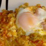 Huevos con pisto y queso