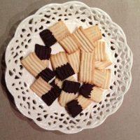 Galletas rizadas mojadas en chocolate de cobertura