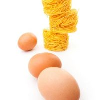 Tallarines con setas y huevos
