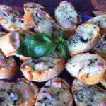 Crostinis de queso mozzarella con albahaca