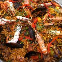 Paella de verduras con marisco