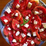 Plato de tomate fresco con albahaca
