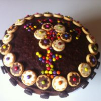 Bizcocho de chocolate decorado con galletas y lacasitos