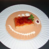 Pastel de arroz con leche caramelizado con salsa de toffee al caramelo